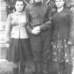 третє фото зліва мама, справа єва
